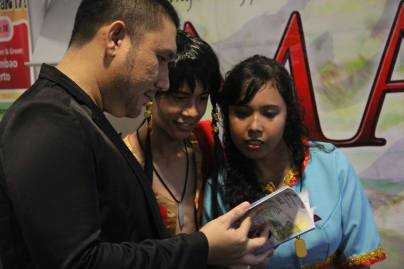 Arya telling Lakan and Luta cosplayers what their characters were like. (c) CSM Publishing