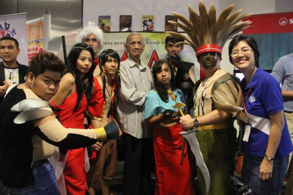 MA-I cosplayers with our editorial manager Joy Solina (in blue) and her father who became a fan, Romy Solina (he also did action figures of MA-I characters but weren't displayed in the event because they might be crushed due to the high density of people there)> (c) CSM publishing